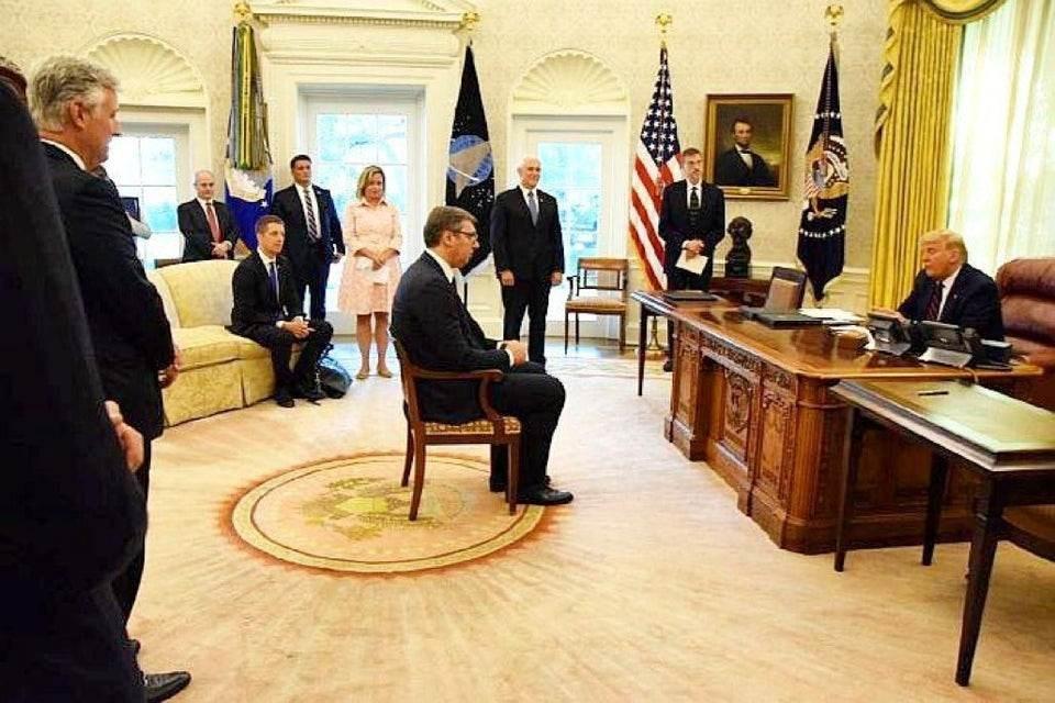 تظهر الصور والمشاهد أن ترامب أجلس فوتشيتش كـ