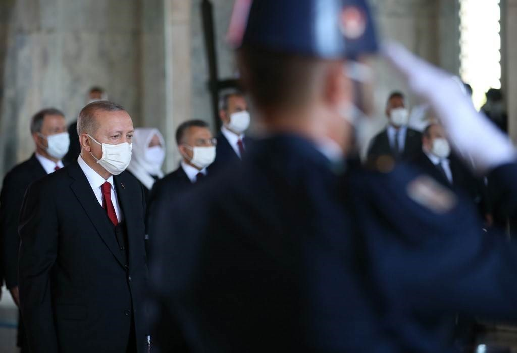 إردوغان وهو يحضر احتفالًا بمناسبة الذكرى 98 ليوم النصر في أنقرة (أ ف ب).