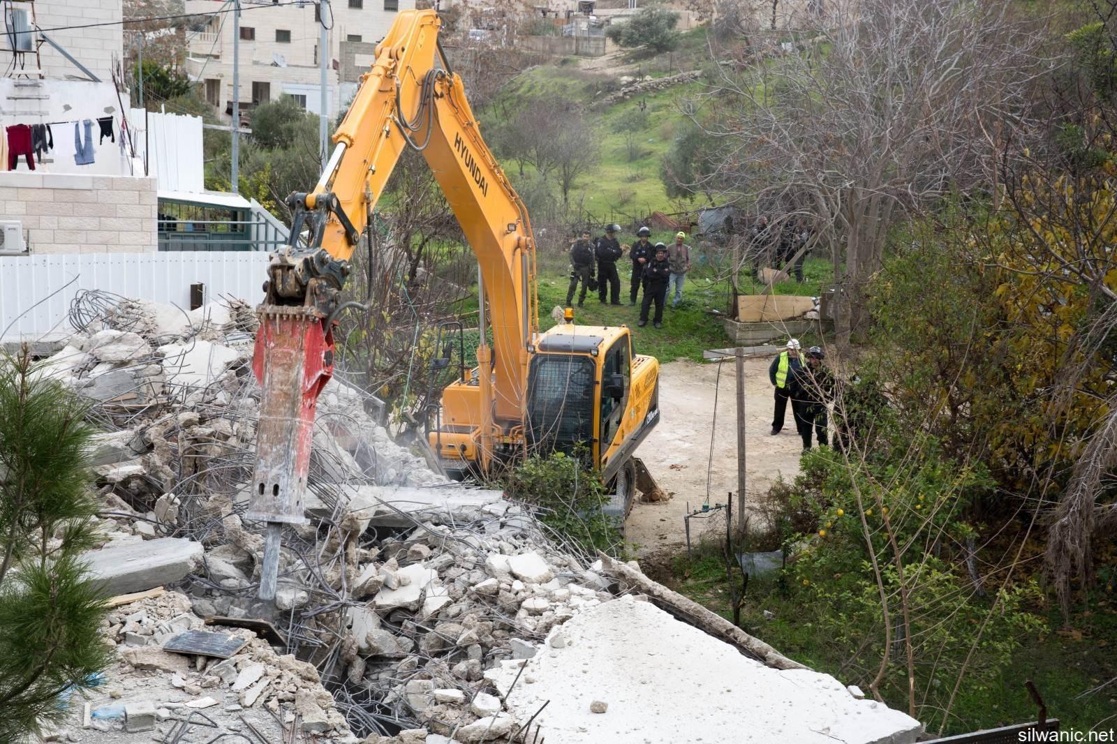 هل ندع الفلسطينيين يهدمون منازلهم بأيديهم ويتم تهجيرهم عن أرضهم من دون أن نتمكن من قرع جرس إنذار إنساني للبشرية برمتها؟