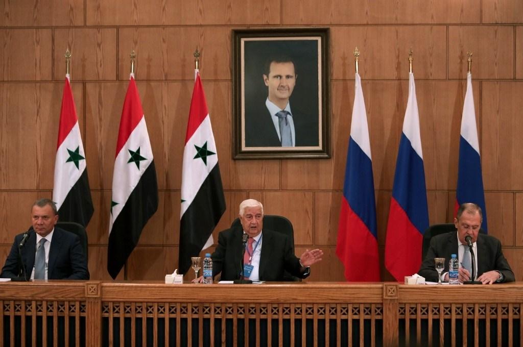 بوريسوف ولافروف والمعلم خلال مؤتمرهم الصحفي المشترك اليوم في دمشق (أ.ف.ب)