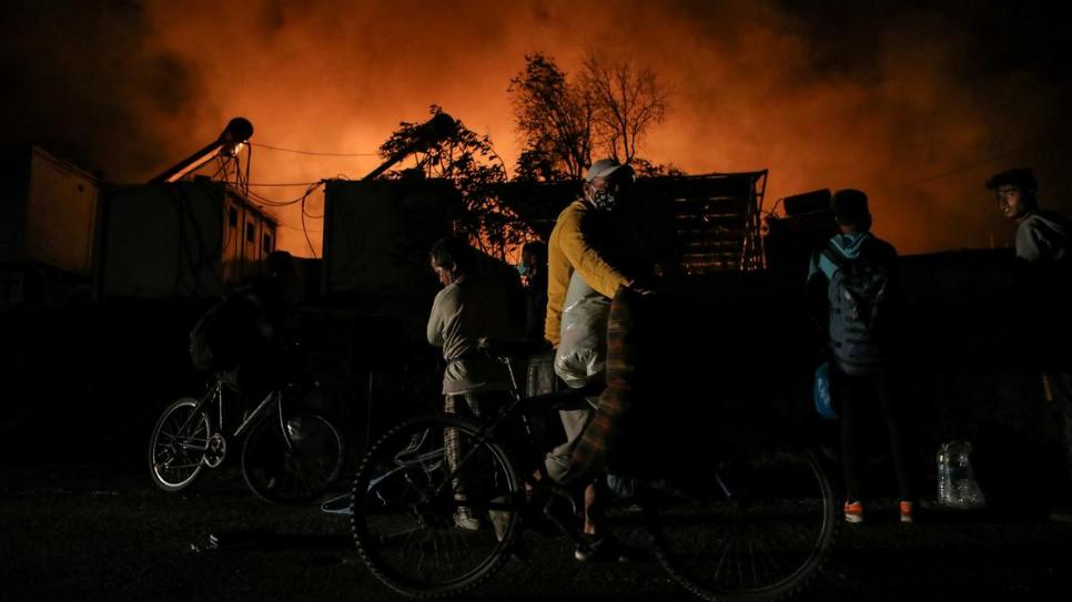 حريق كبير في مخيم يوناني للاجئين يعاني من ارتفاع بإصابات كورونا