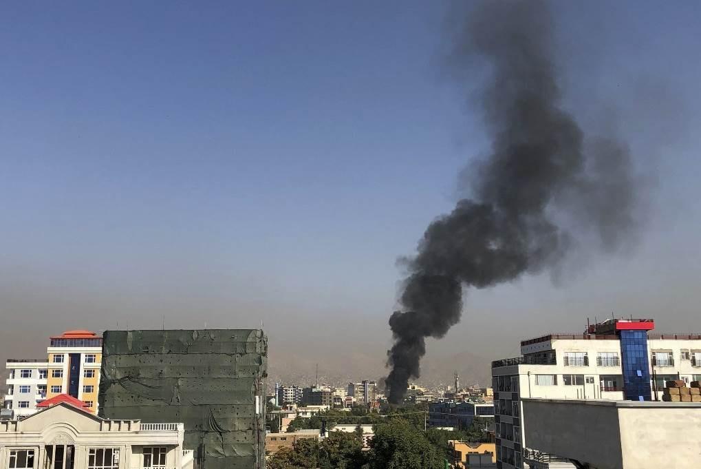صورة للدخان المتصاعد جراء الانفجار الذي استهدف نائب الرئيس الأفغاني (أ ف ب)