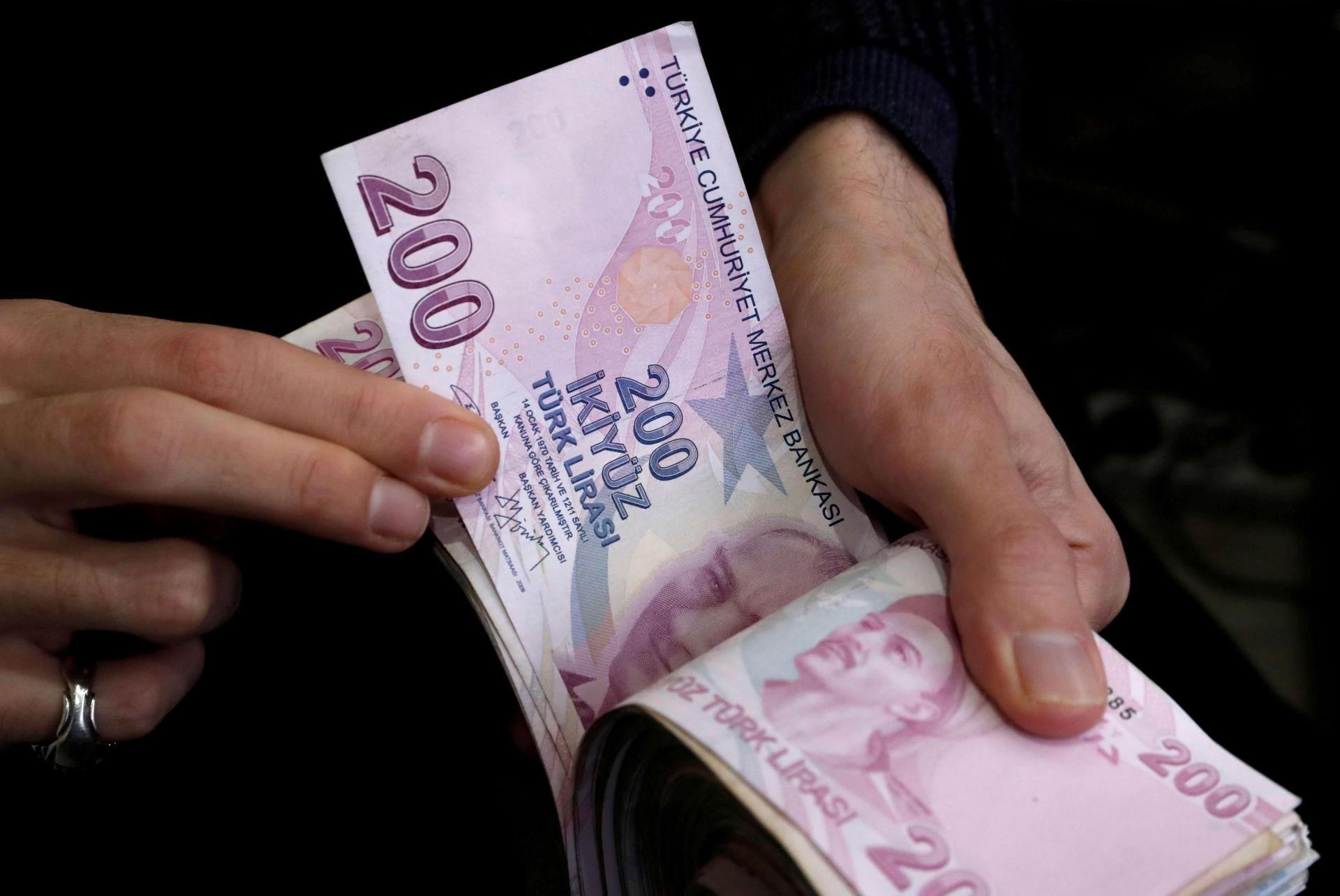 الليرة التركية تواصل خسائرها أمام الدولار