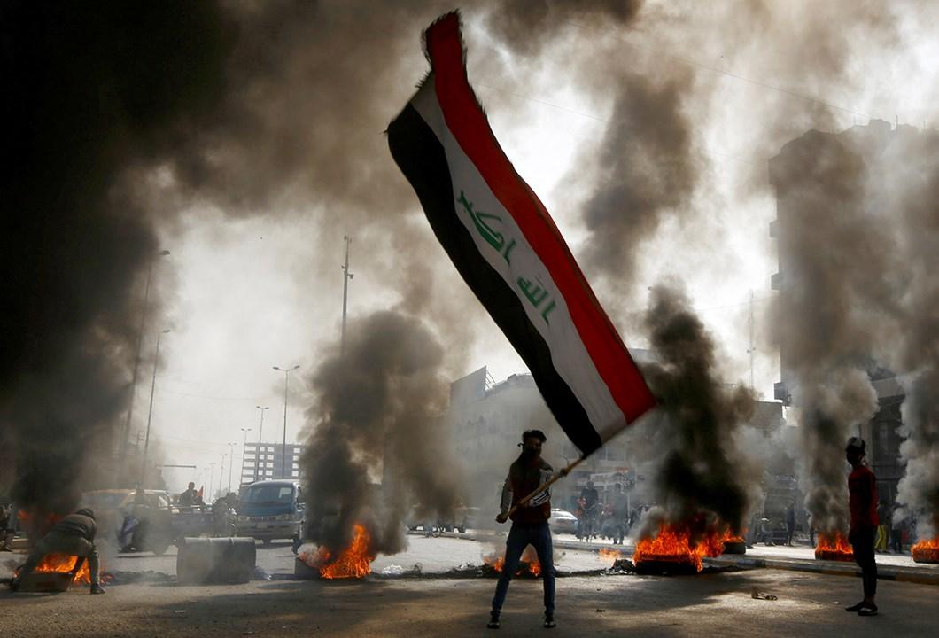 العراق: استشهاد شرطي عراقي وإصابة 33 آخرين خلال تظاهرات في الناصرية