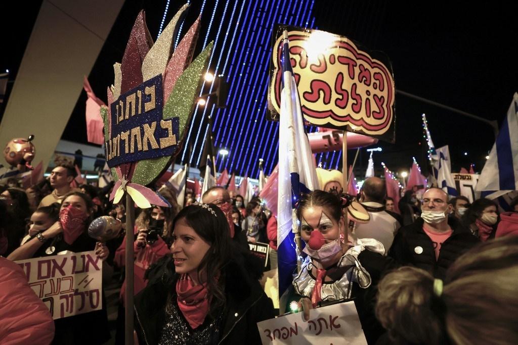 مظاهرة ضد رئيس الوزراء بنيامين نتنياهو عند مدخل المدينة في القدس 9 كانون الثاني/يناير 2021 (أ ف ب)