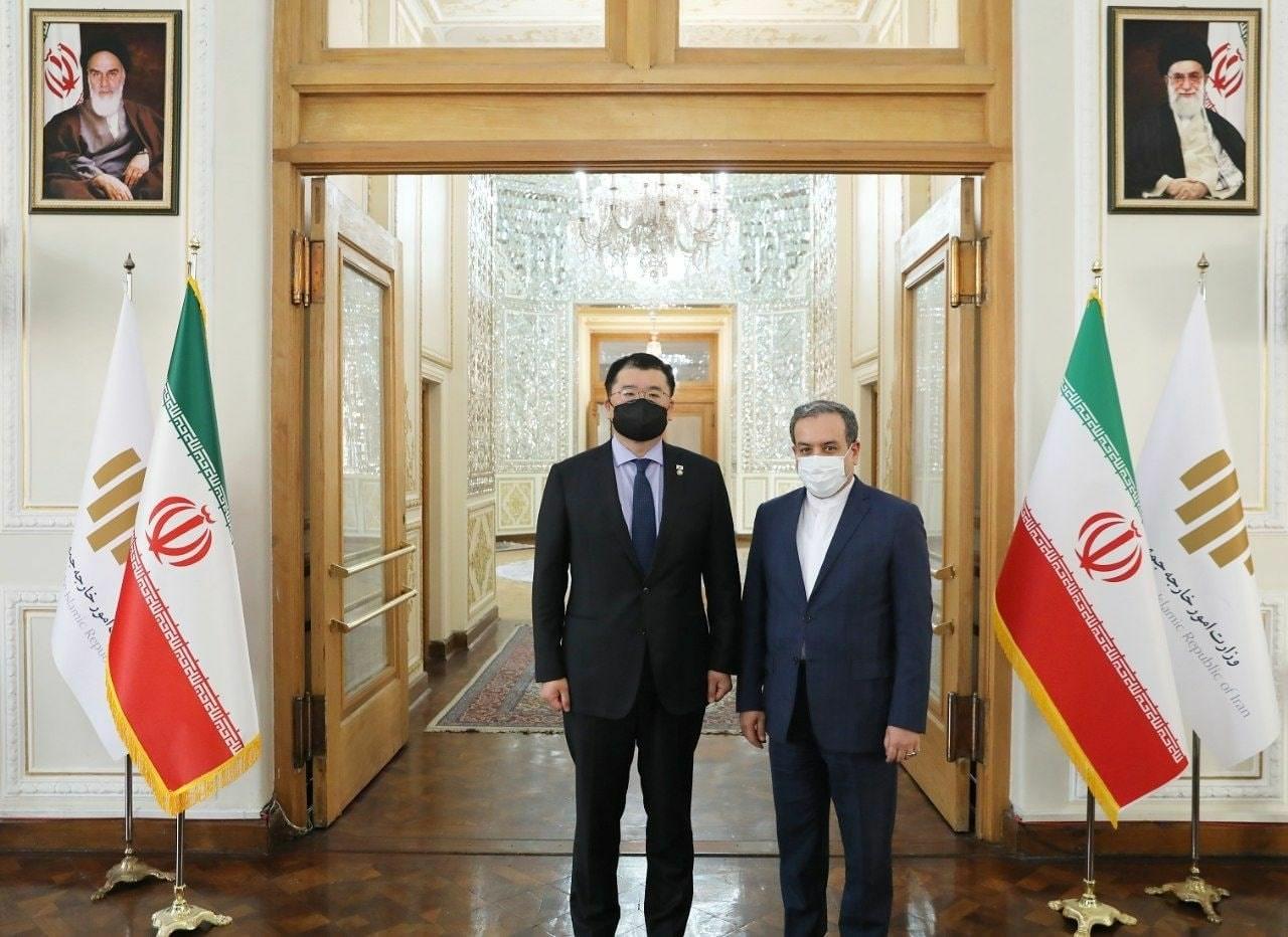 مساعد وزير الخارجية الإيراني عباس عراقتشي لدى استقباله نائب وزير خارجية كوريا الجنوبية تشوي جونغ كان