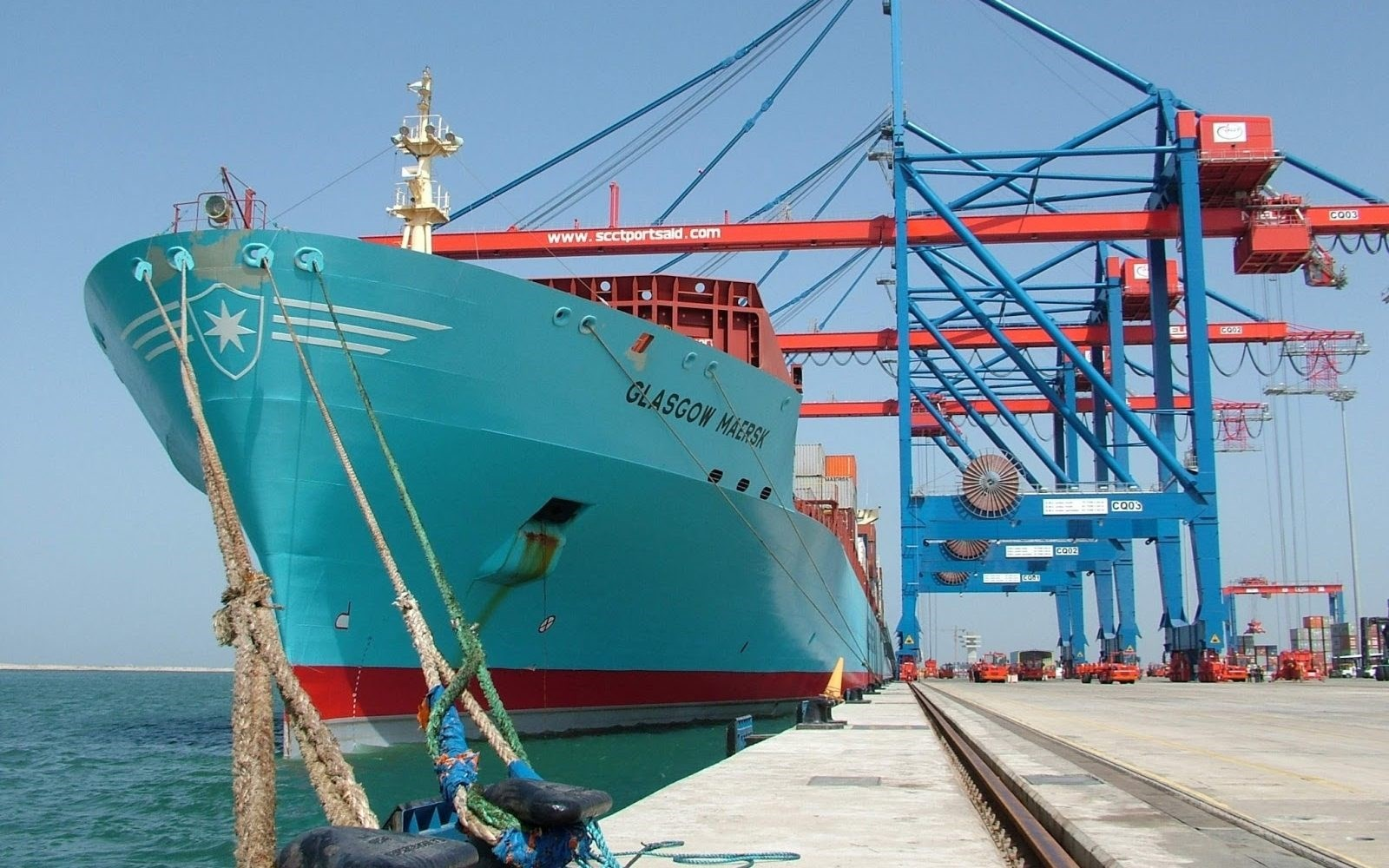 البحر الأحمر من أكثر الممرات الملاحية ازدحاماً في العالم وتعبره آلاف السفن سنوياً