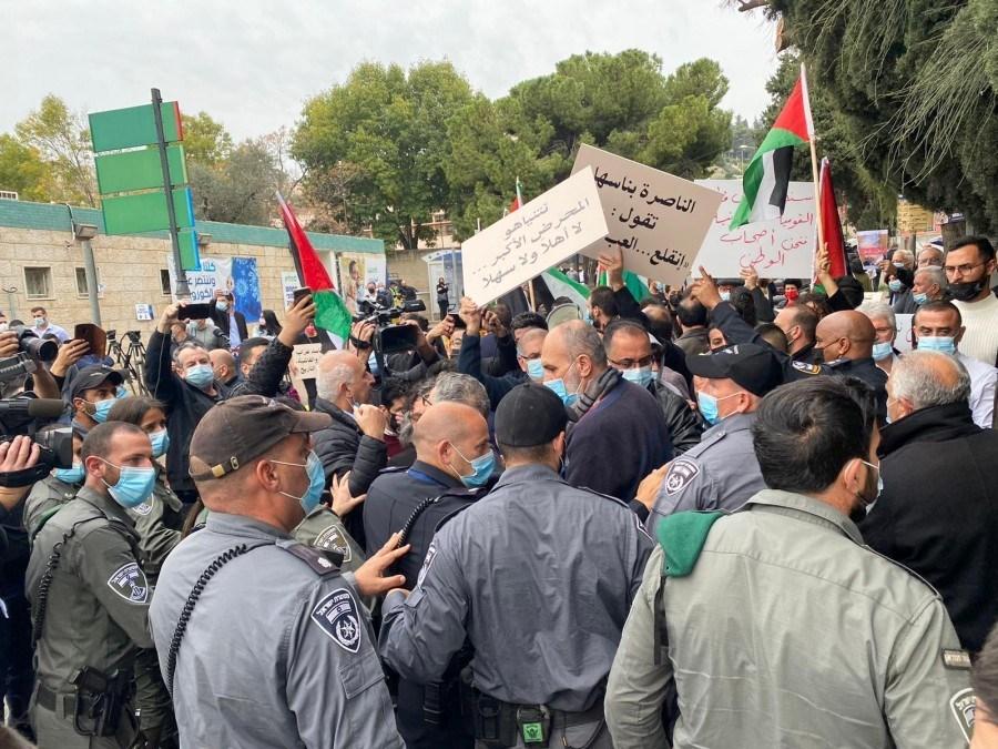 الشرطة الإسرائيلية تعتدي على متظاهرين ضد نتنياهو في النارة وتعتقل عدداً منهم