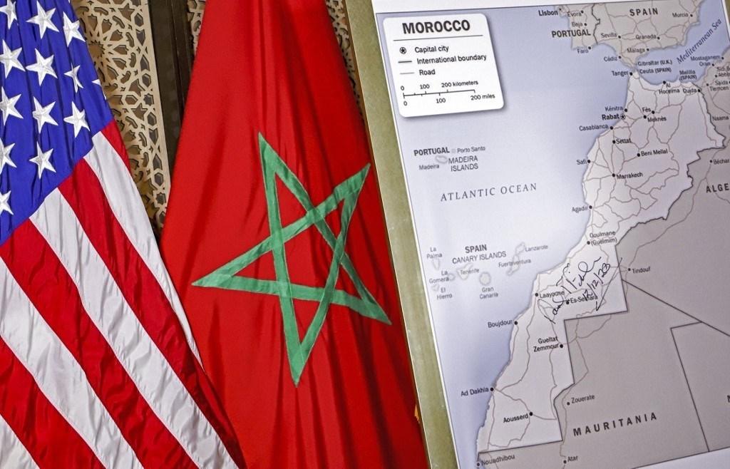 أعلام الولايات المتحدة والمغرب بجوار خريطة مصدق عليها من الخارجية الأميركية تعترف بسيادة المغرب على الصحراء الغربيّة  - 12 ديسمبر 2020 (أ.ف.ب)