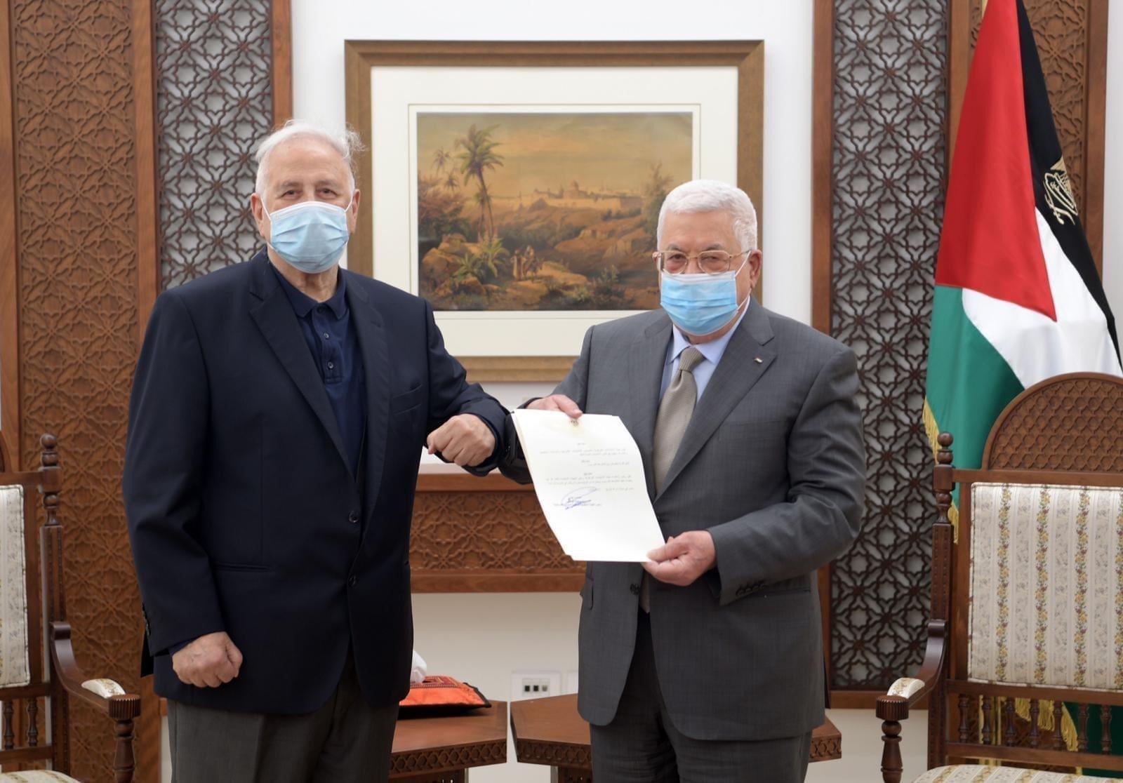 الرئيس الفلسطيني محمود عباس خلال استقباله رئيس لجنة الانتخابات المركزية حنا ناصر.