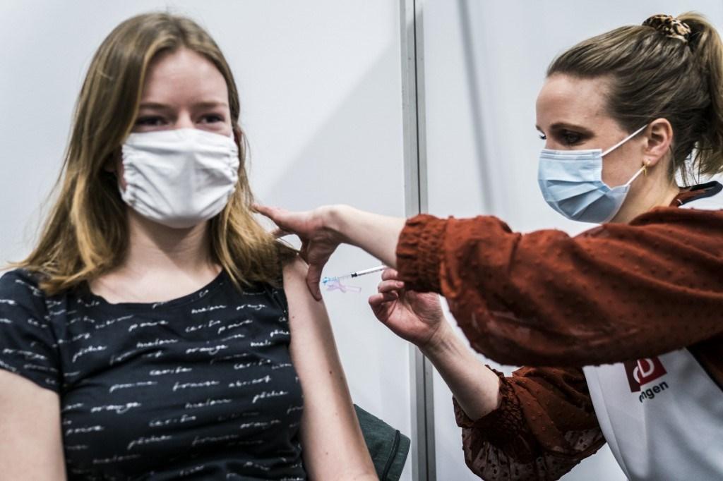 عاملة رعاية صحيّة تللقى جرعة من لقاح كورونا في هولندا - 15 يناير 2021 (أ.ف.ب)