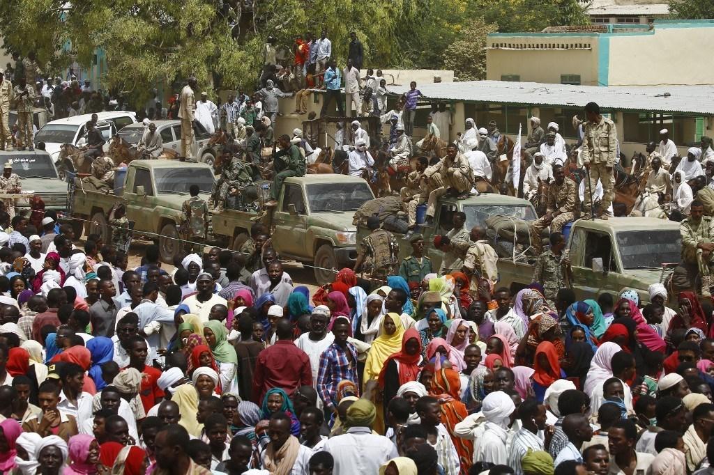 تجمّع حاشد مع وصول قوات الأمن السودانية إلى مدينة الجنينة غرب دارفور (أ ف ب)