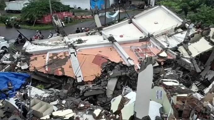 زلزال إندونيسا أدى إلى مقتل 56 شخصاً وجرح 820 وترك 15 ألفاً منازلهم إلى الجبال أو إلى أماكن مراكز إجلاء