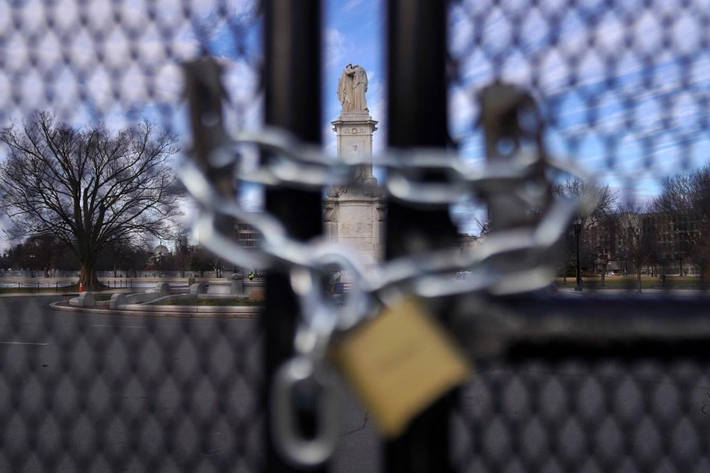 نصب السلام التذكاري في مبنى الكابيتول الأميركي من خلف السياج - 17 يناير 2021 (أ.ف.ب)