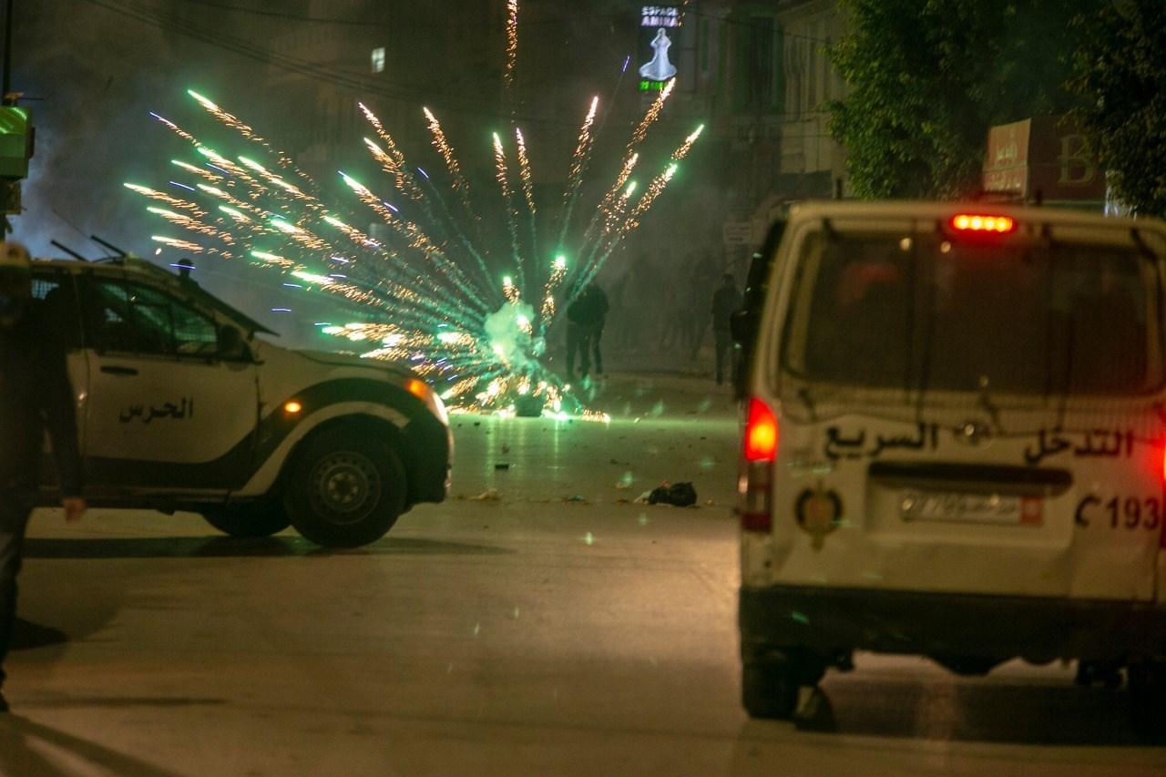قوات الأمن التونسية أطلقت قنابل الغاز لتفريق مئات المحتجين