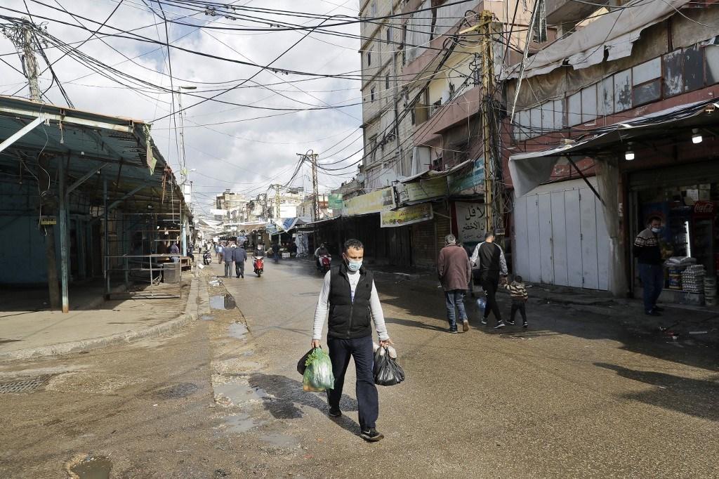سوق صبرا في بيروت وسط إغلاق عام فرضته السلطات في محاولة لوقف انتشار كورونا في البلاد (أ ف ب).