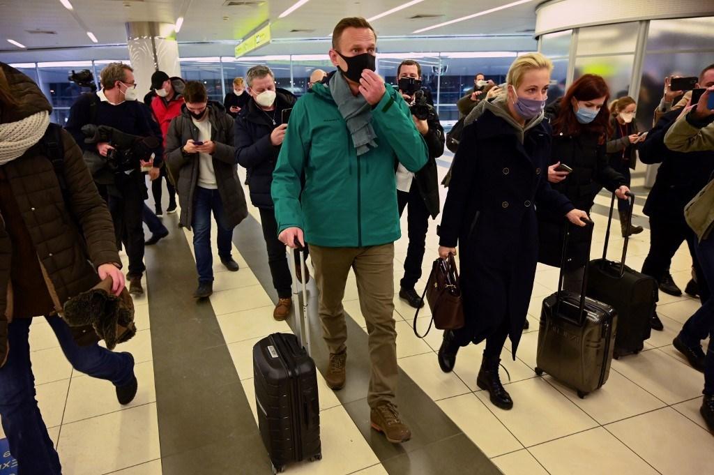نافالني وزوجته في مطار شيريميتيفو في موسكو 17 يناير 2021 (أ ف ب).