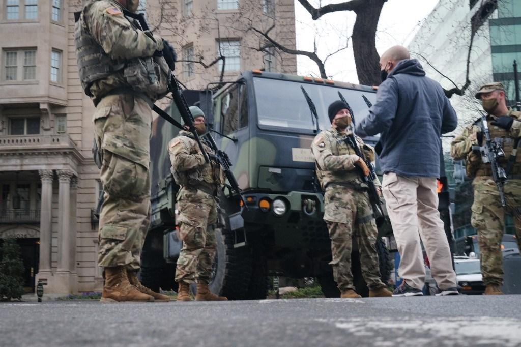 ينتشر الآن آلاف من أفراد الحرس الوطني المسلحين في شوارع واشنطن (أ ف ب)