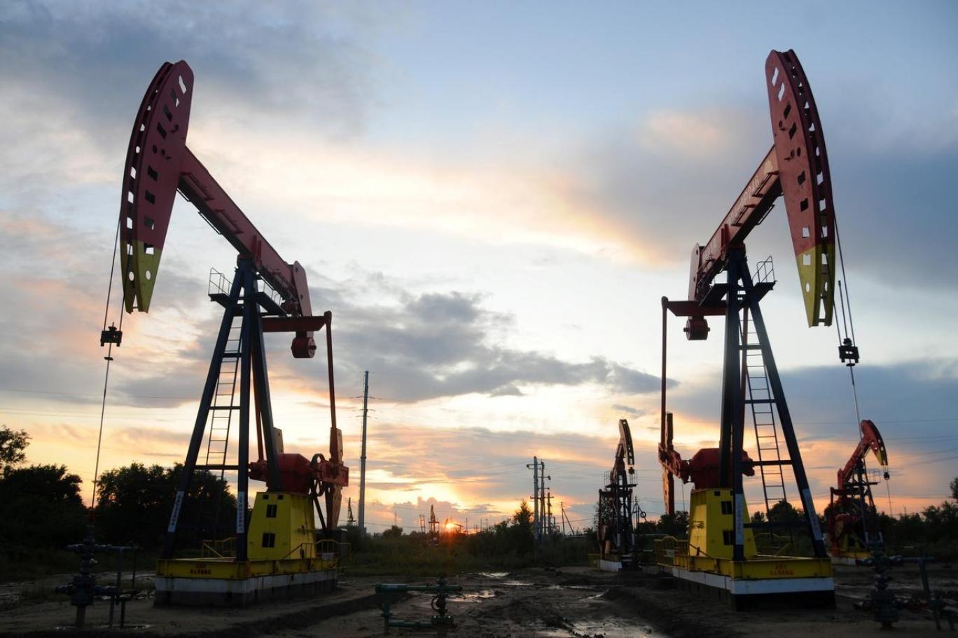 اسعار النفط تتراجع والدولار يرتفع وتعافٍ فصلي للاقتصاد الصيني