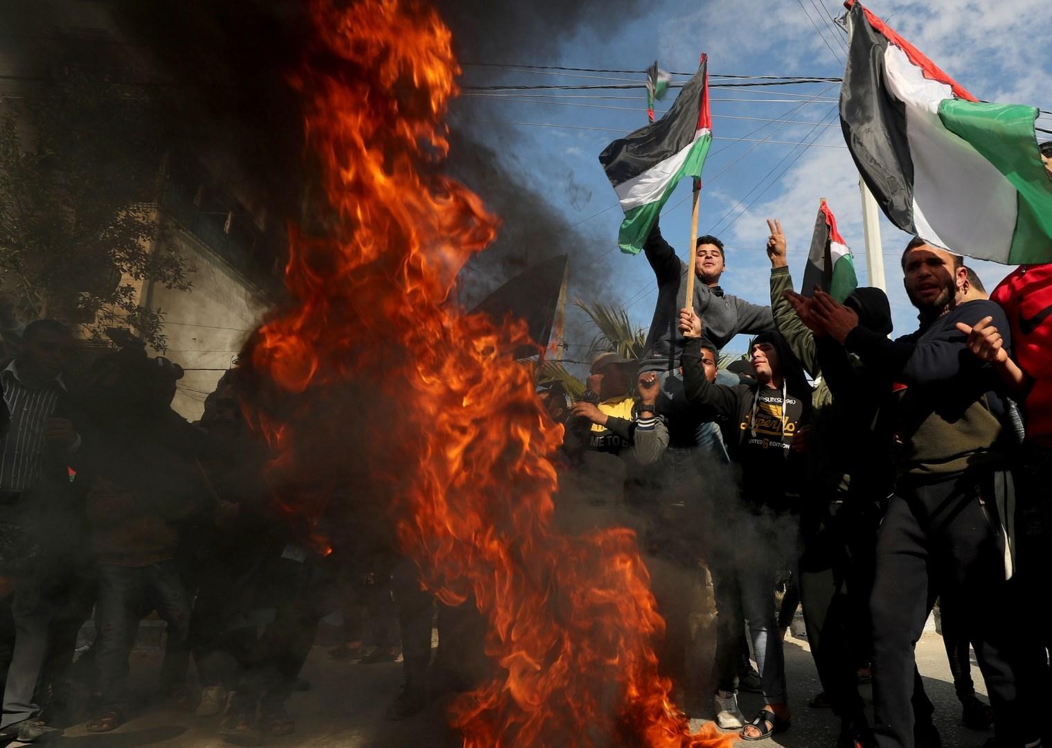 متظاهرون سودانيون يحرقون العلم الإسرائيلي رفضاً للتطبيع