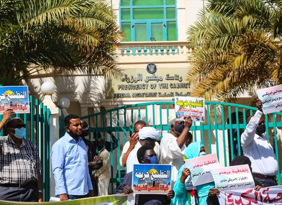 رفضاً للتطبيع.. متظاهرون سودانيون يحرقون العلم الإسرائيلي