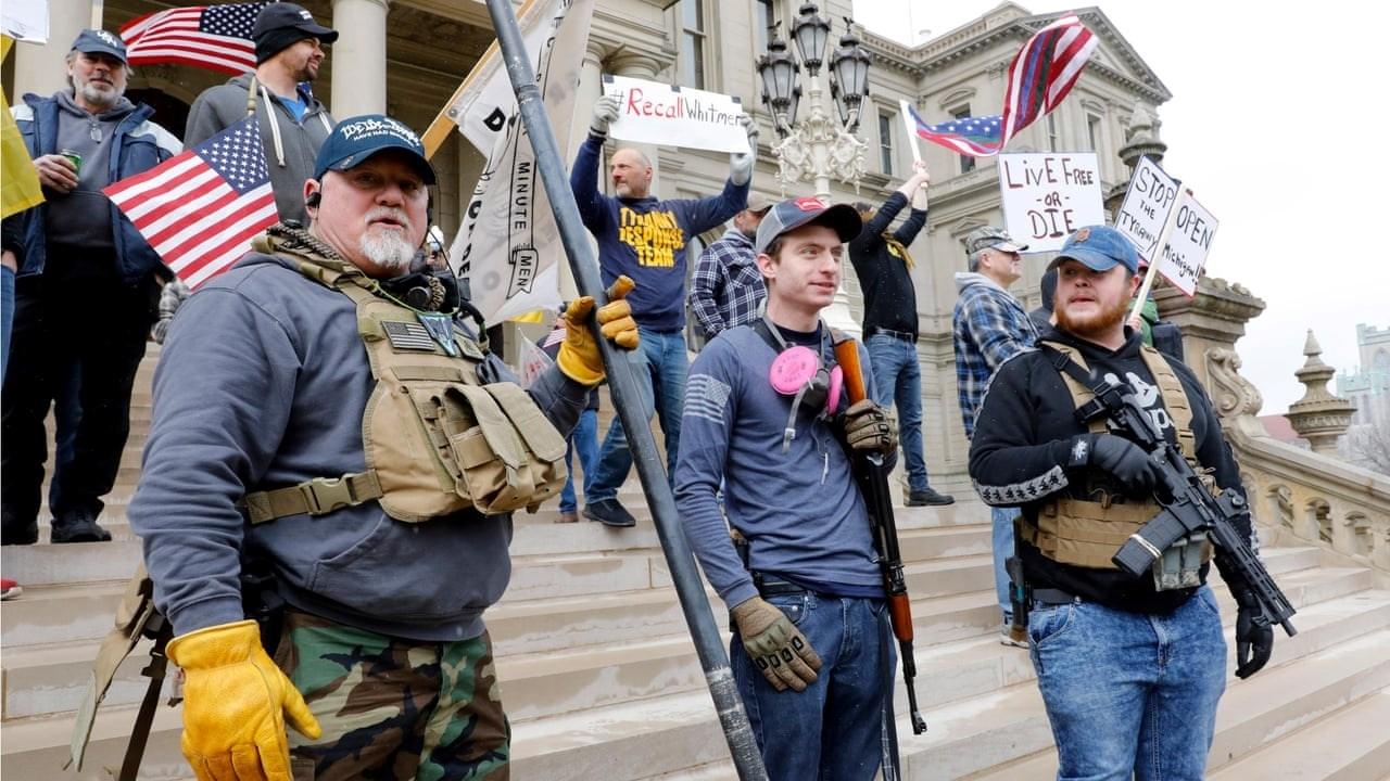 أنصار ترامب مدججين بالسلام ينتشرون حول مبنى كونغرس ميشيغن