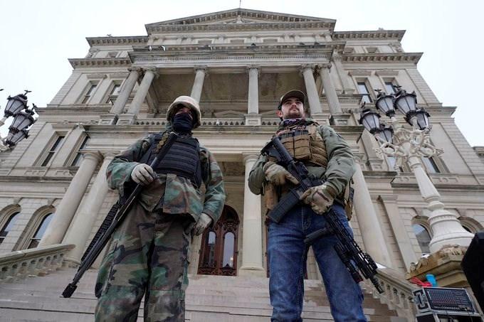 الحرس الوطني في ميشيغن حول مبنى كونغرس الولاية