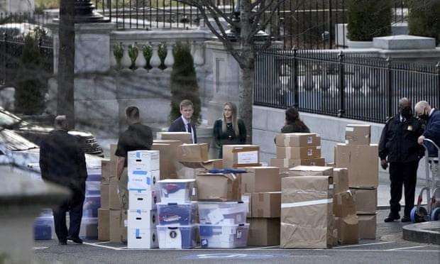 أكوام الصناديق أخرجت من مجمع البيت الأبيض يوم الخميس. الصورة لوكالة أسوشيتد برس.