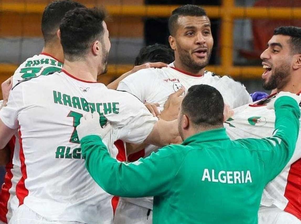 لاعبو الجزائر يحتفلون بالتأهّل