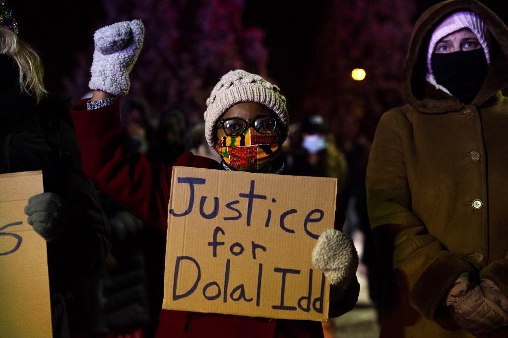 وقفة احتجاجية اعتراضاً على مقتل رجل من أصول إفريقية في مينيابوليس - 31 ديسمبر 2020 (أ.ف.ب)