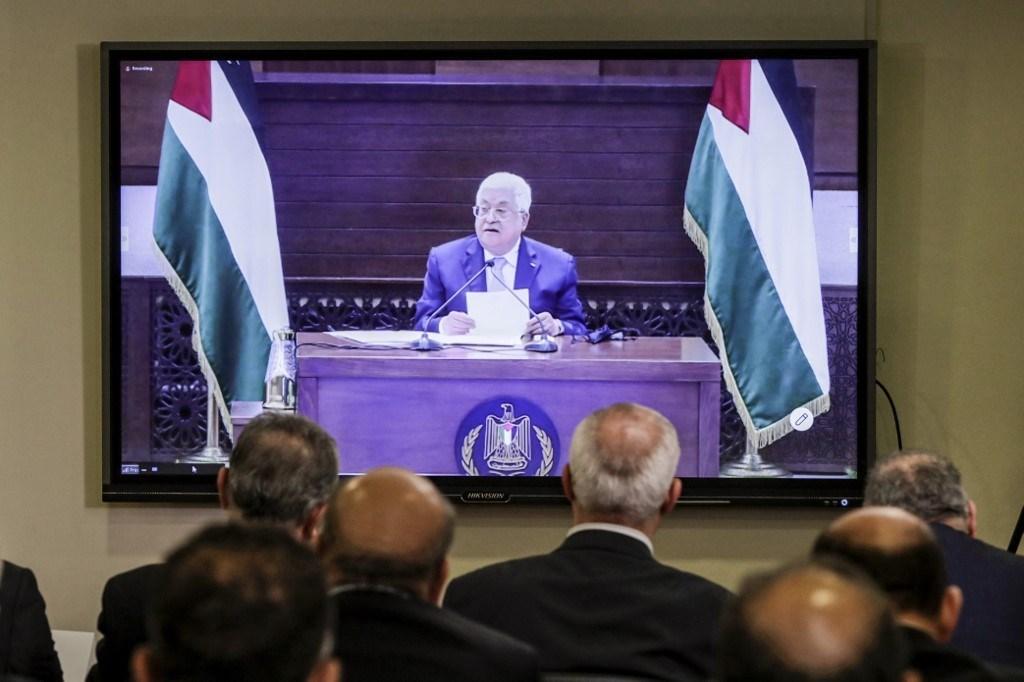 ممثلو الفصائل الفلسطينيّة مستمعين إلى الرئيس محمود عباس في السفارة الفلسطينيّة في بيروت - 3 سبتمبر 2020 (أ.ف.ب)