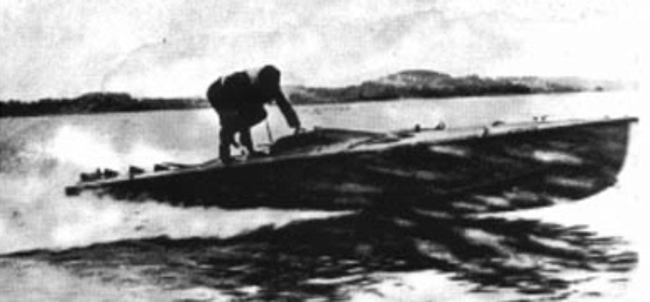 الفكرة البريطانية كانت تقتضي أن يتم إنزال الزورق الانتحاري إلى الماء عن طريق إسقاطه بالمظلة