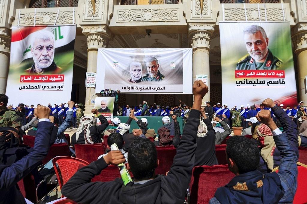 صورة الشهيدين قاسم سليماني وأبو مهدي المهندس في صنعاء اليوم (أ ف ب).