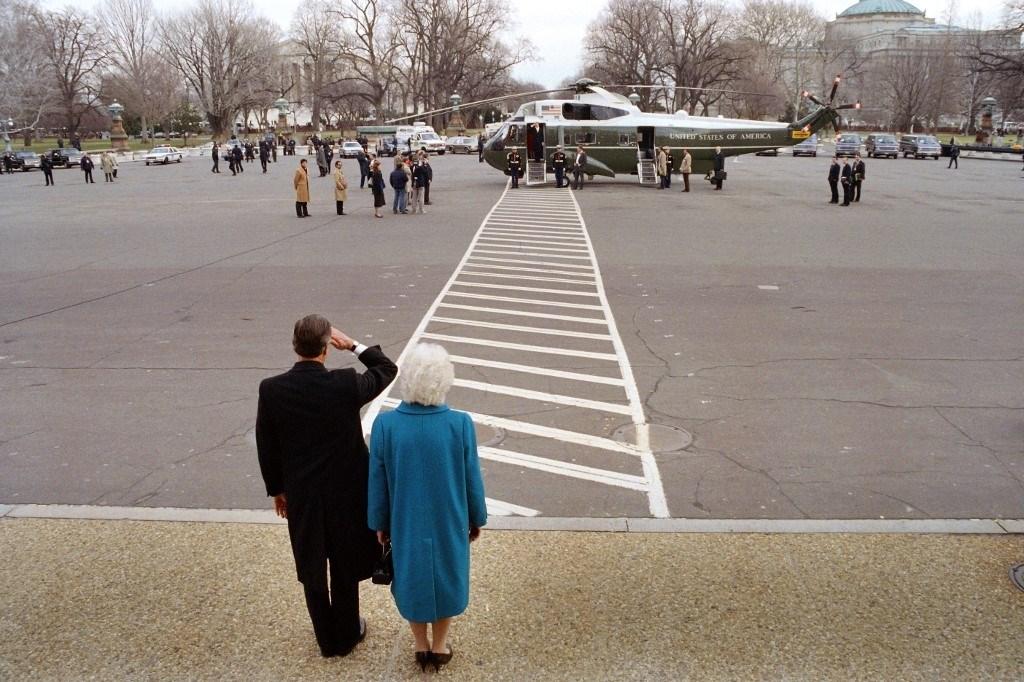 ريغان وبوش الأب، يلقيان التحية على بعضهما البعض في 20 يناير 1989 بينما يستعد ريغان لمغادرة الكابيتول بعد تنصيب بوش (أ.ف.ب)