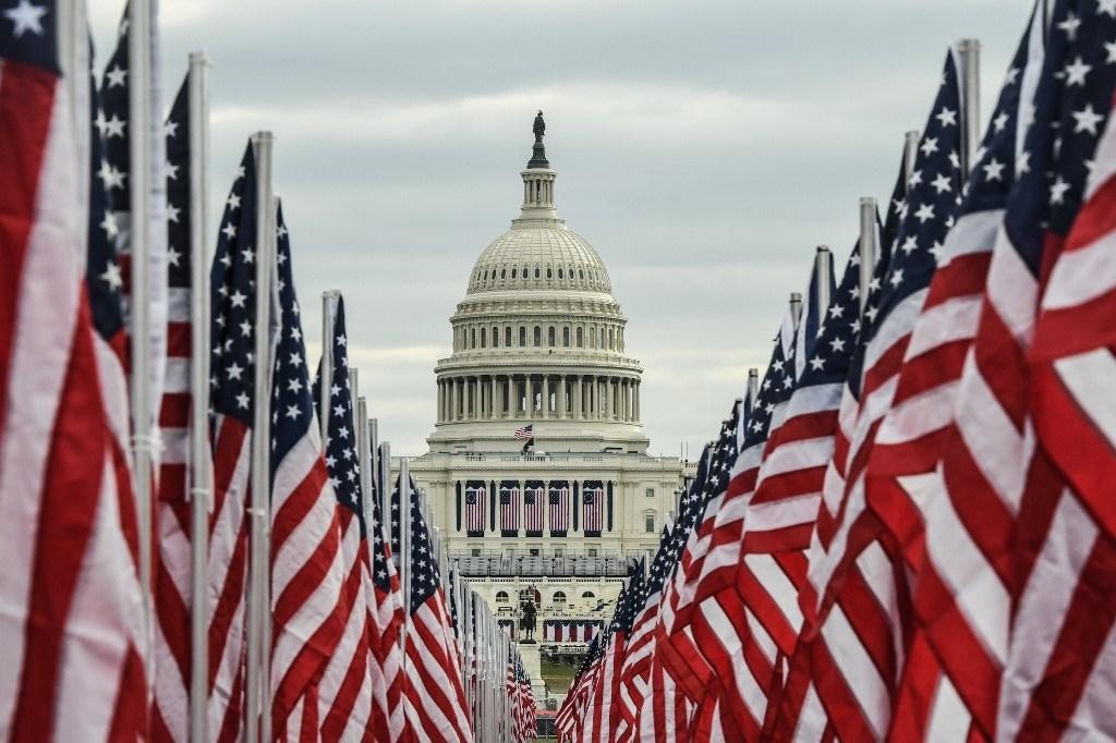 الأعلام الأميركية تحيط مبنى الكابيتول في 19 يناير 2021 في ظل تدابير أمنية مشددة ليوم التنصيب (أ.ف.ب)