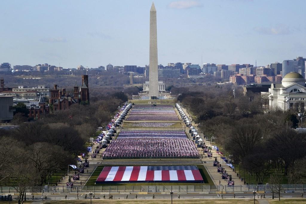 تم تزيينّ الـNational Mall في واشنطن العاصمة بأعلام الولايات المتحدة قبل يوم واحد من تنصيب بايدن (أ.ف.ب)