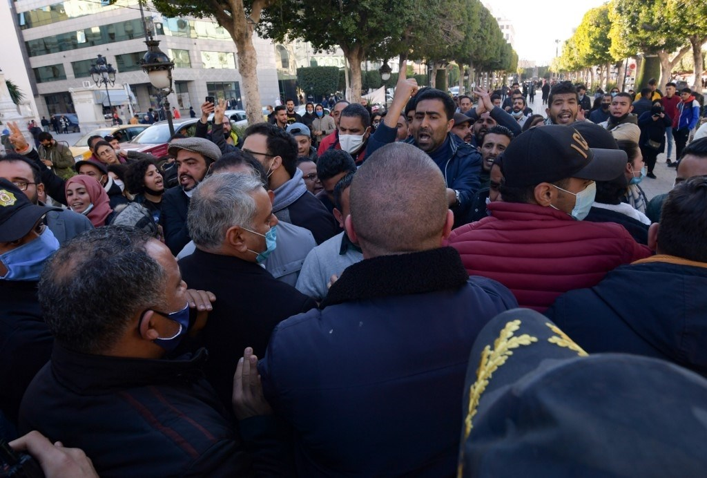 تونسيون في مظاهرة مناهضة للحكومة في شارع الحبيب بورقيبة بالعاصمة تونس 20 كانون الثاني/يناير 2021 (أ ف ب)