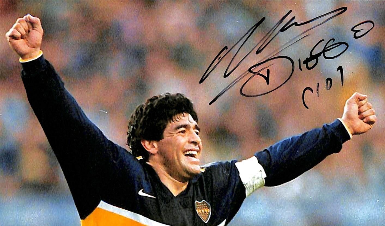 طبيب مارادونا زور توقيعه!