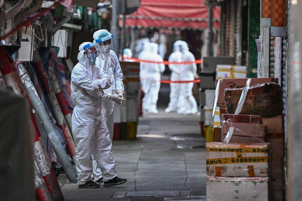 يستعد العاملون الصحيون لإجراء الاختبارات لفيروس كورونا في هونغ كونغ (أ ف ب).