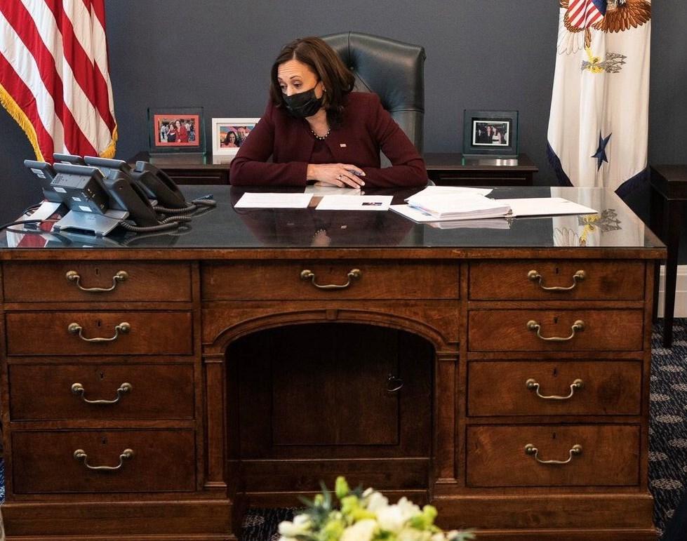 نائبة الرئيس الأميركي كامالا هاريس في مكتبها في البيت الأبيض (وسائل التواصل الاجتماعي).