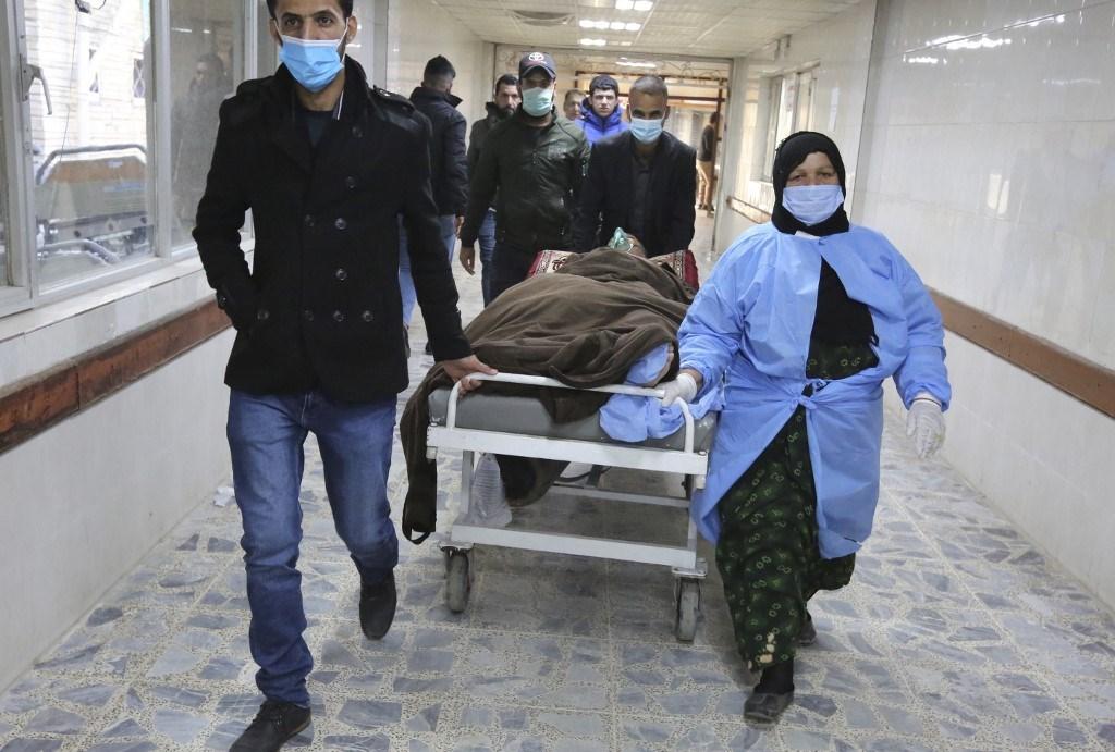 رجل مصاب نقل إلى إحدى المستشفيات بعد التفجير الانتحاري المزدوج في بغداد (أ ف ب).