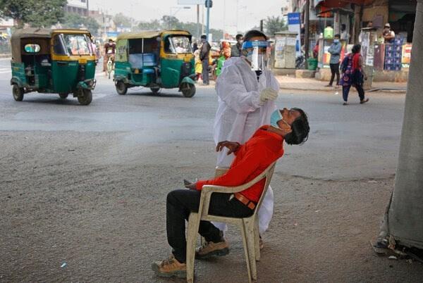إجراء اختبار كورونا لمواطن في مدينة أحمد أباد الهندية.