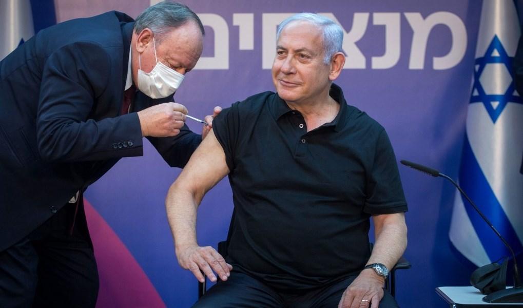 نتنياهو خلال تلقيه الجرعة الثانية من لقاح كورونا (أ ف ب - أرشيف)