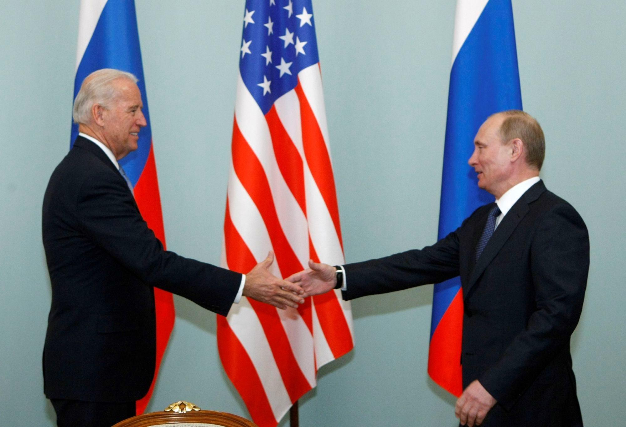 بوتين وبايدن خلال اجتماع لهما في موسكو عام 2011 (أ.ف.ب)