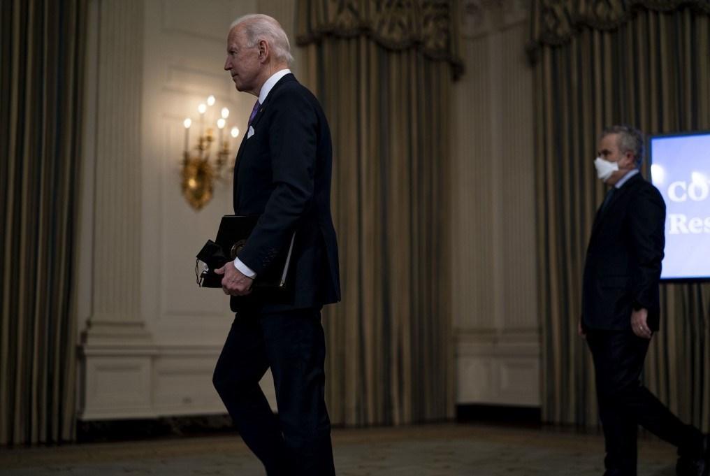الرئيس الأميركي جو بايدن يغادر بعد إلقاء كلمة في البيت الأبيض (أ ف ب)