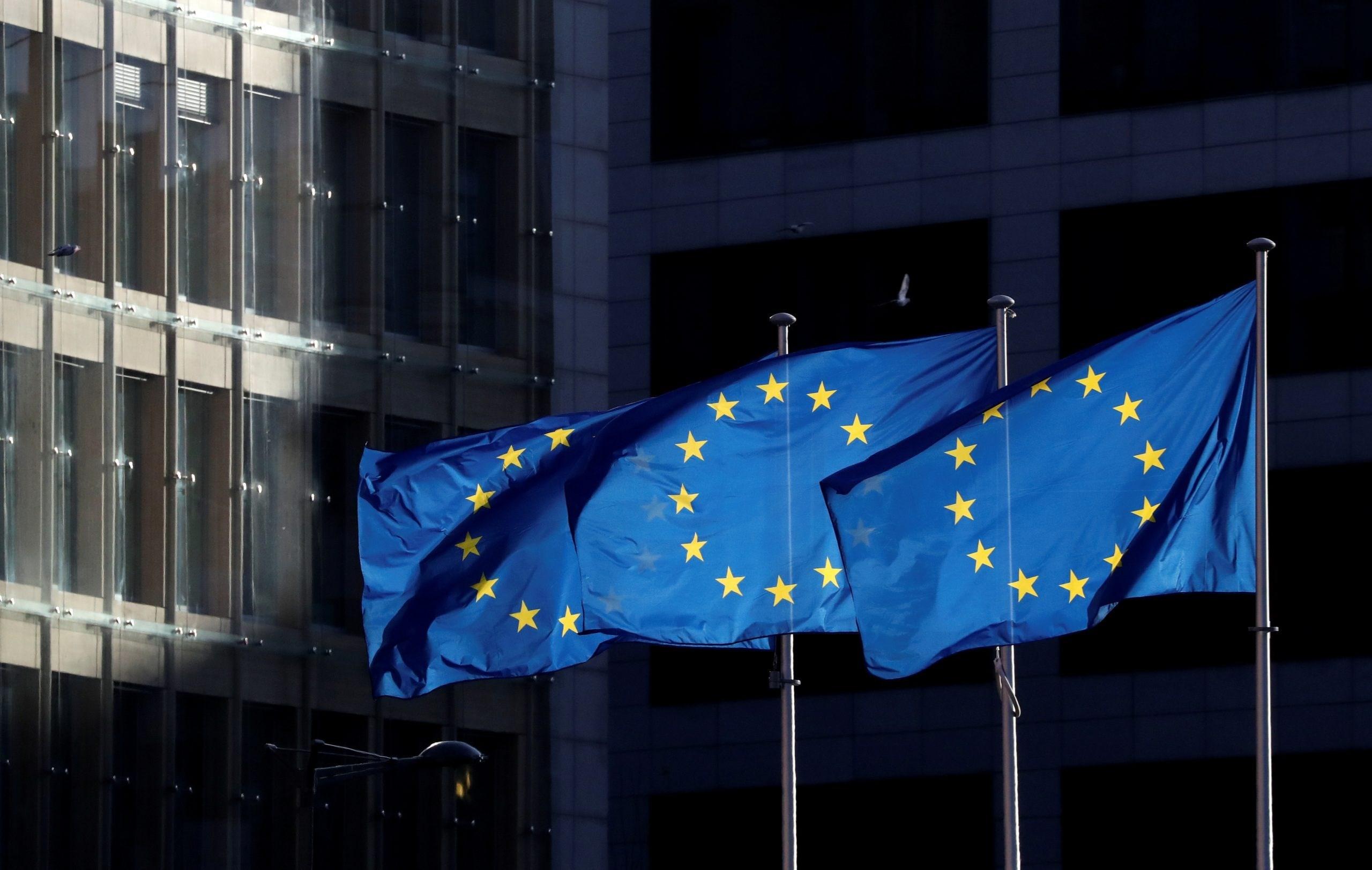 أعلام الاتحاد الأوروبي خارج مقر المفوضية الأوروبية في بروكسل (رويترز)
