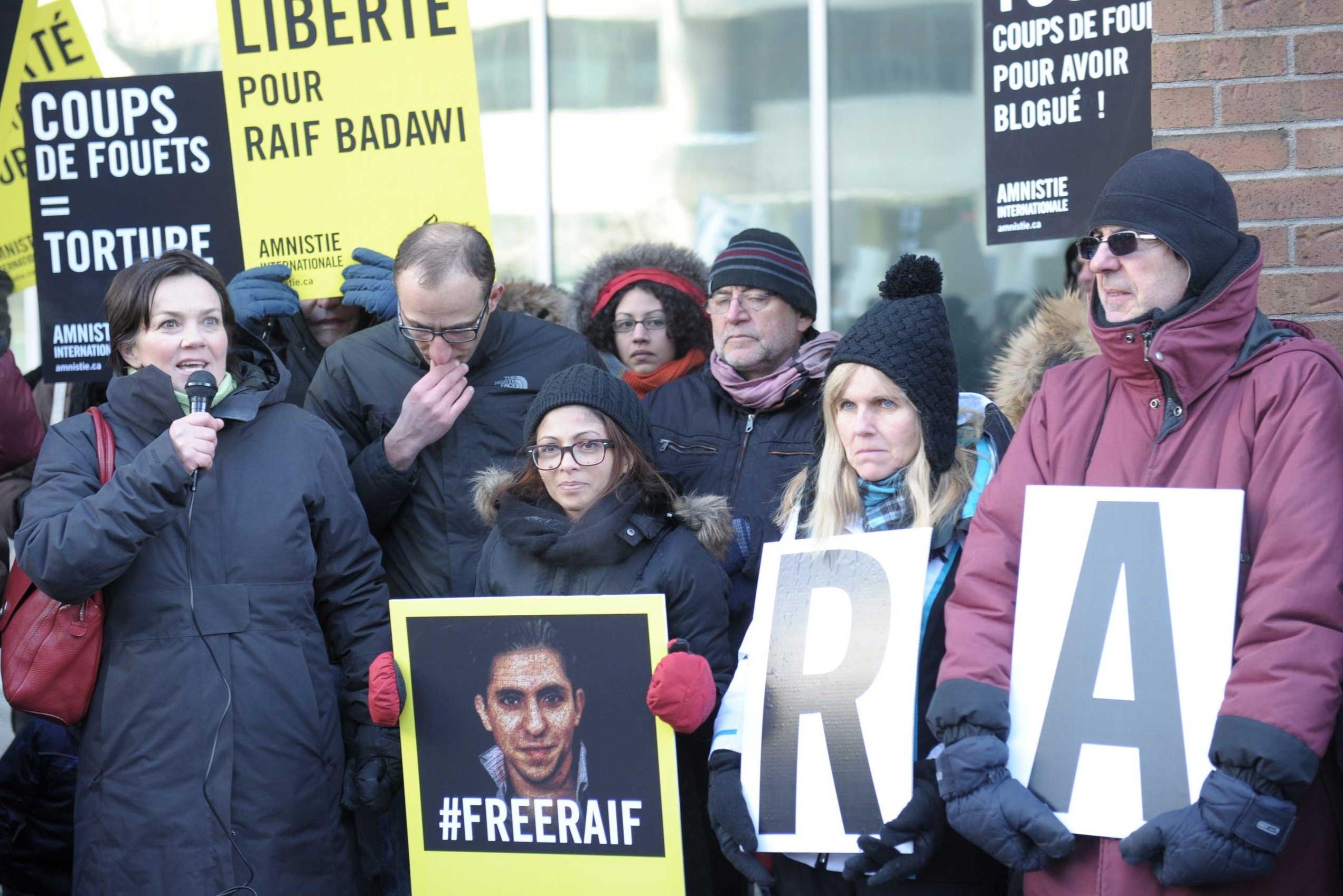 انصاف بدوي زوجة رئف بدوي خلال وقفة احتجاجية من أجل إطلاق سراحه، في كندا عام 2015 (أ ف ب)
