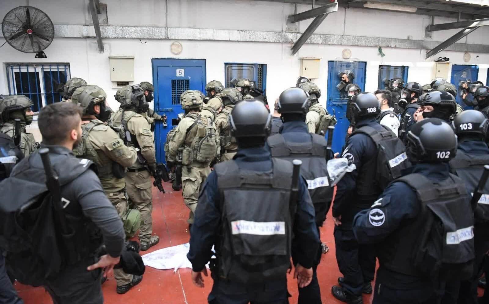 قوات القمع تقتحم  سجن