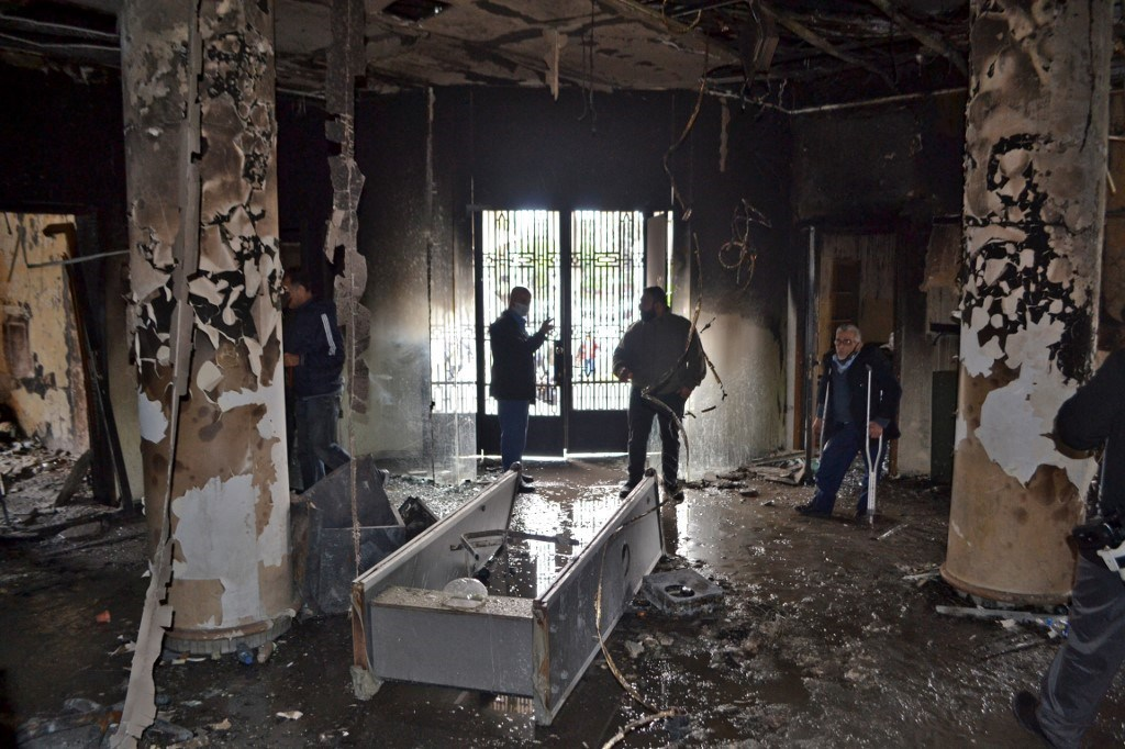 غرفة محترقة في مبنى البلدية في مدينة طرابلس شمال لبنان - 29 كانون الثاني 2021 (أ ف ب).