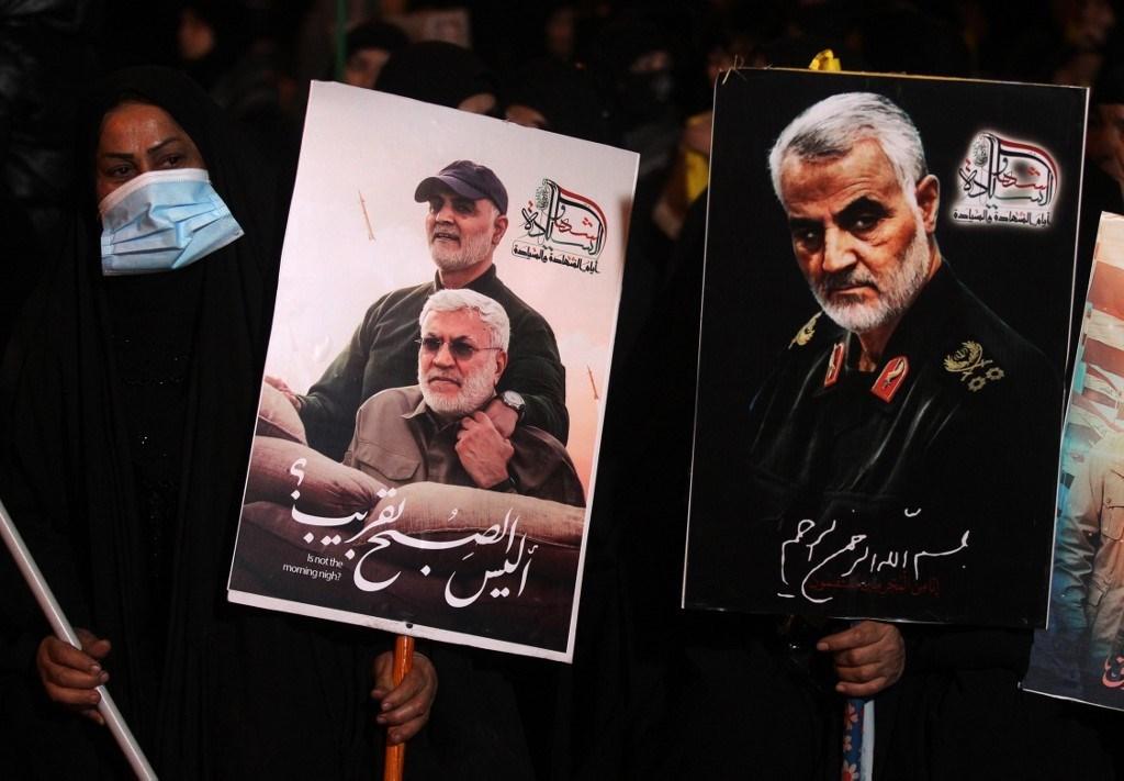 صور للشهيدين سليماني والمهندس مرفوعة في مطار بغداد - 2 يناير 2021 (أ.ف.ب)